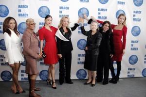 La signorina Kat Graham, Dionne Warwick, Miss Universo, S.A.R. la Principessa Camilla di Borbone delle Due Sicilie, Duchessa di Castro, la Signora Ban Soon-Taek, Muna Rihani Al-Nasser e Miss USA.