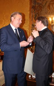 Il Gran Maestro consegna la rosetta all'Amb. Sebastiani
