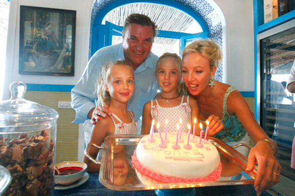 Nine candles in Capri for the daughter of Charles and Camilla